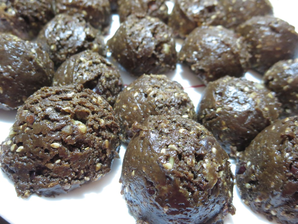 "LCHF ""Chocolate"" Snack Bites"